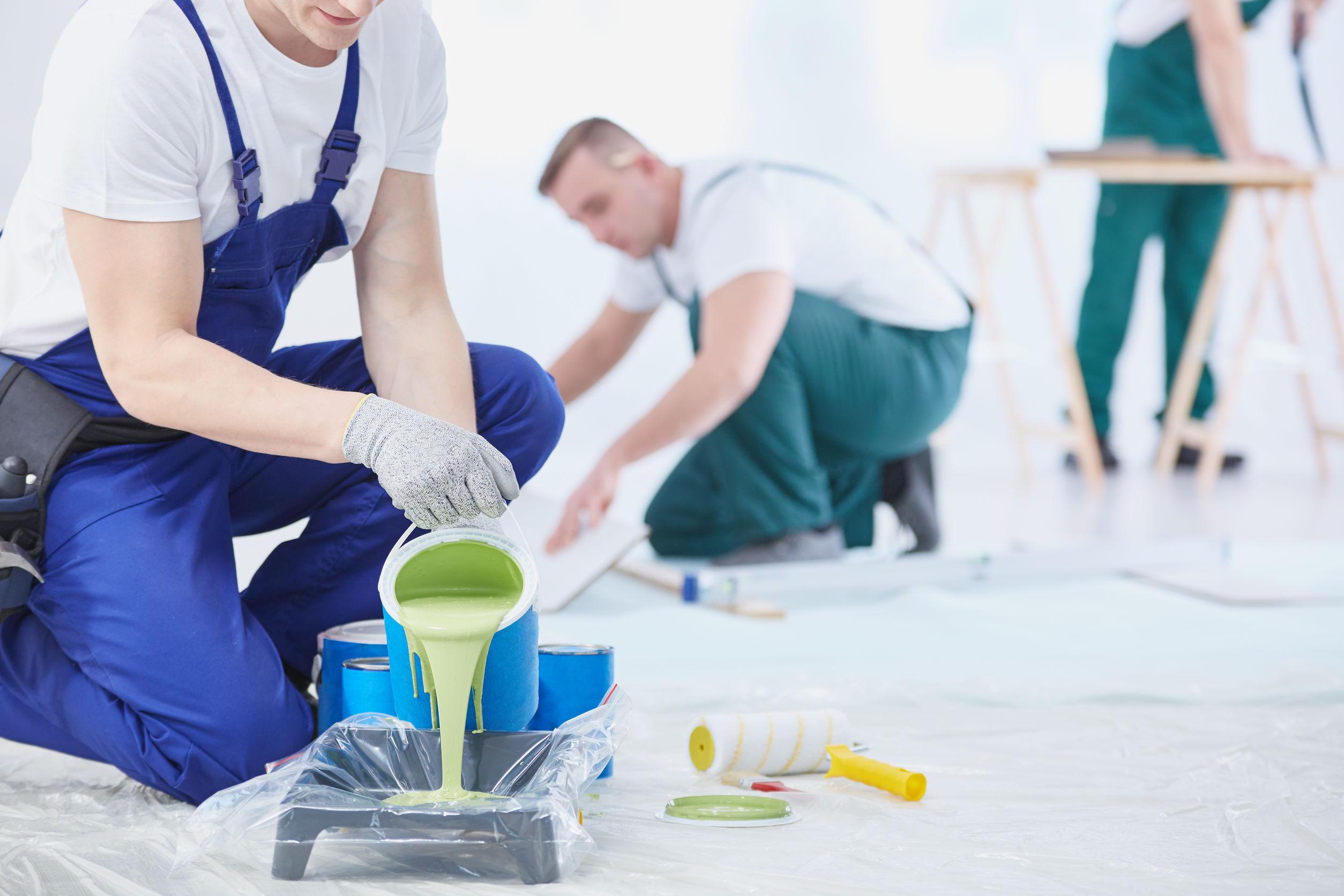 une équipe d'artisans professionnels réalisant la peinture d'un appartement ou d'une maison