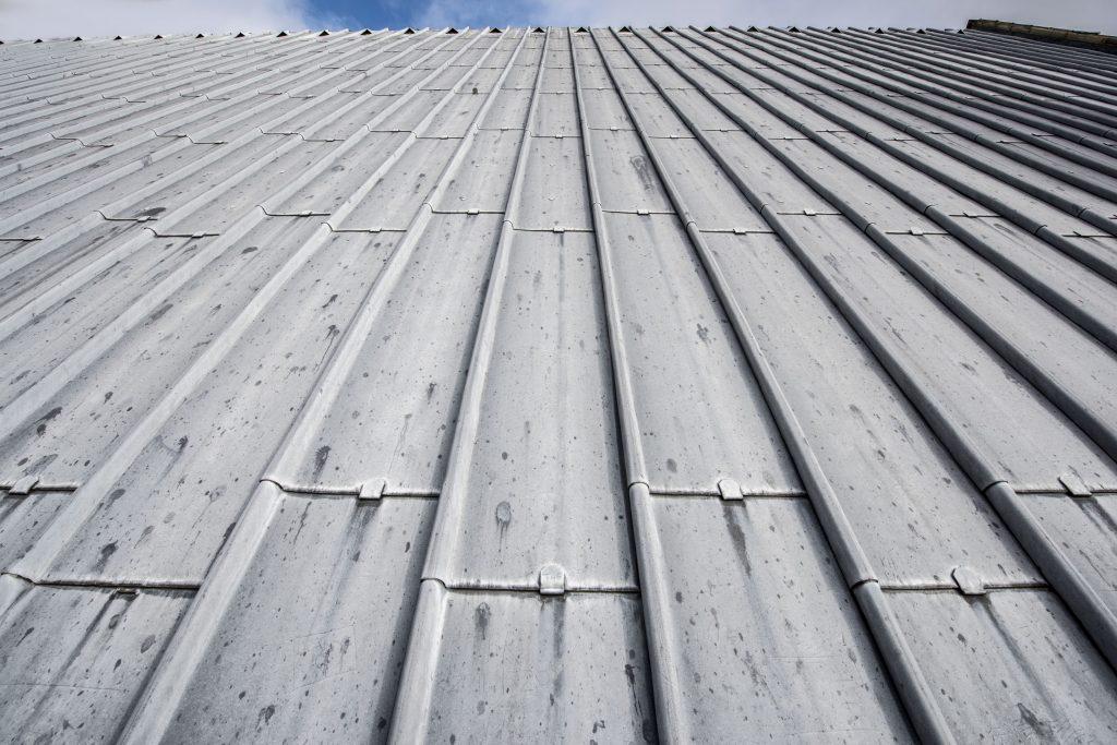 Coût d'une toiture en bac acier, ses avantages et coût - Guiderenovation.fr