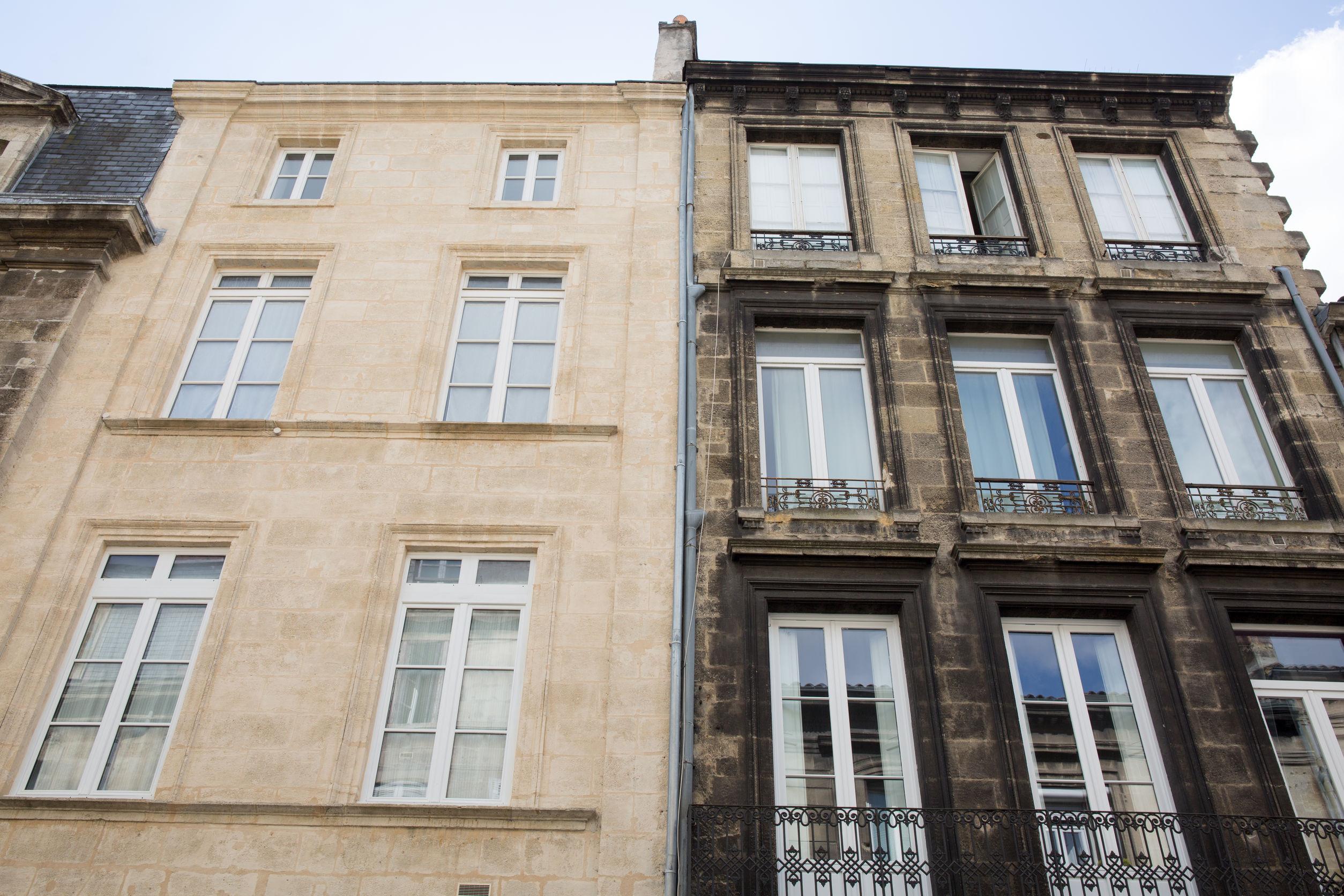 avant et après rénovation ou nettoyage d'une façade d'un immeuble
