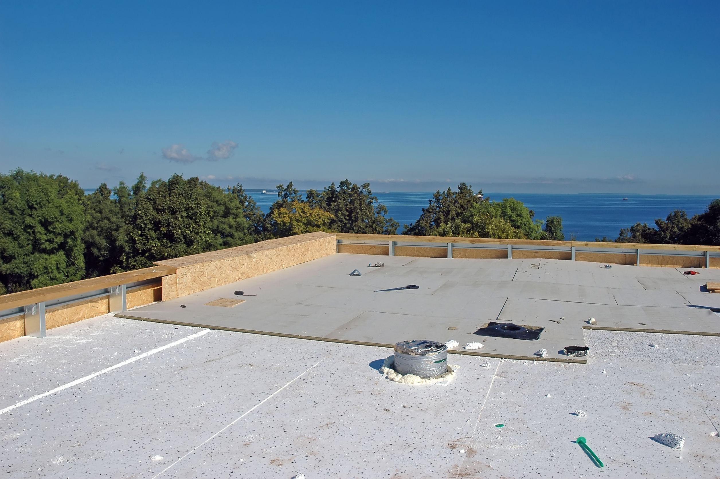finalisation des travaux d'installation d'une toiture plate par l'isolation