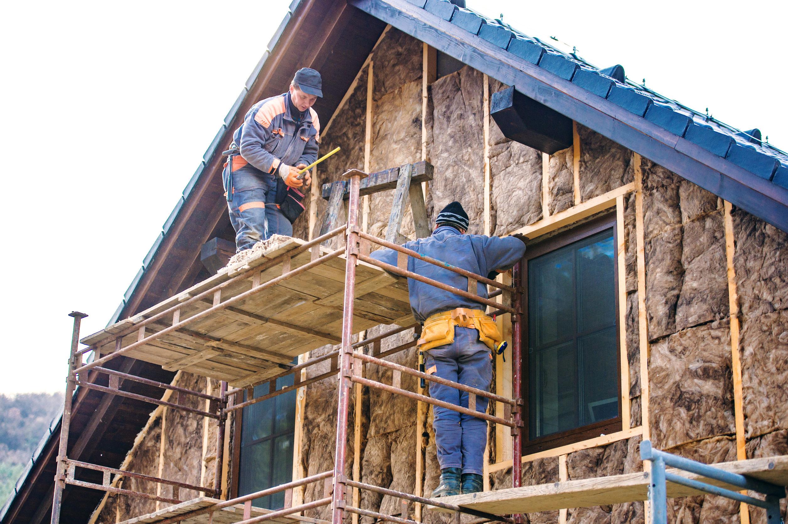 isolation thermique phonique, label dans l'isolation du logement, isolation thermique de la façade d'une maison avec de la laine de verre,