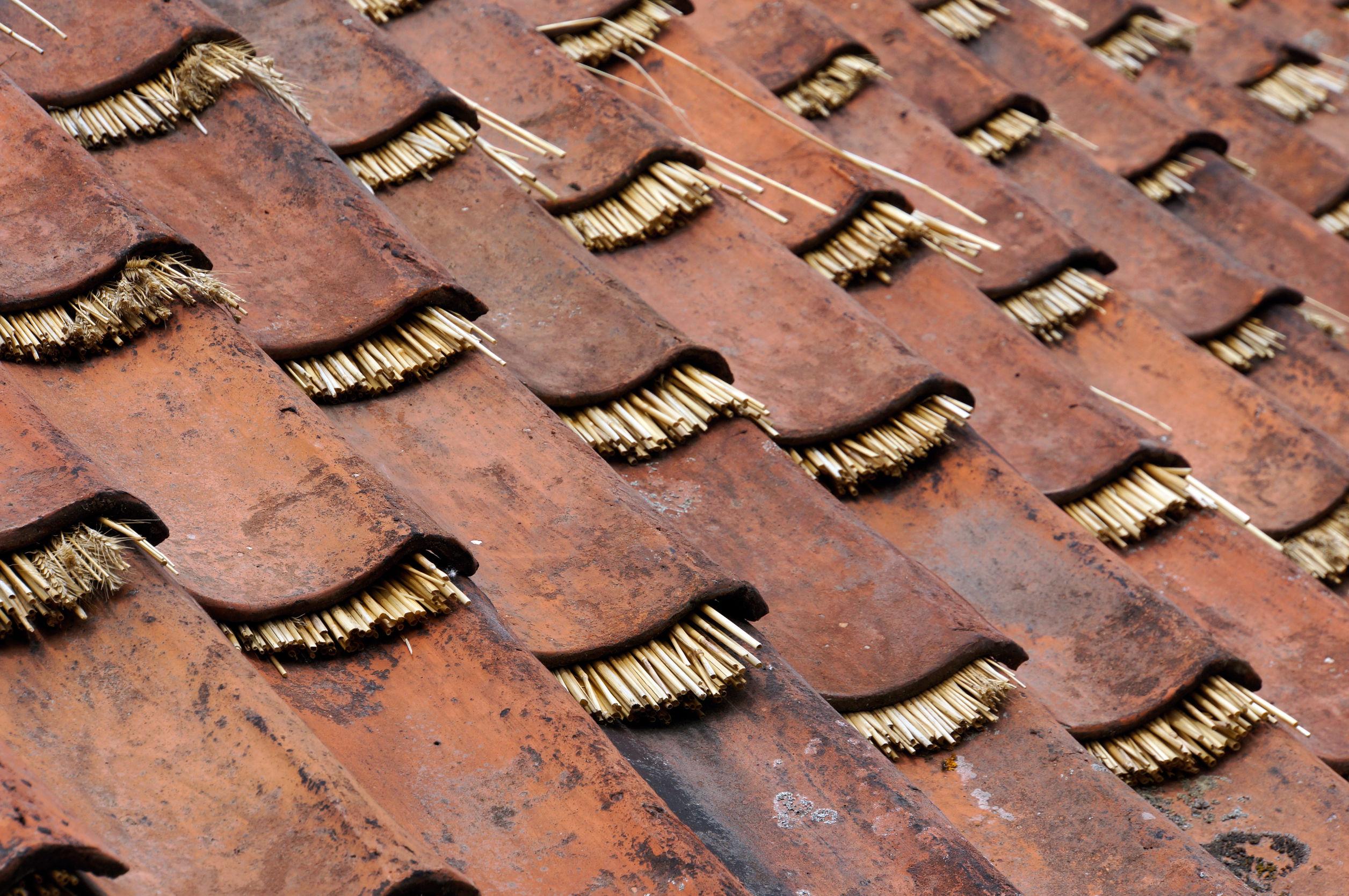 toiture traditionnelle en tuile avec une isolation en paille, isolation par l'extérieur, coût isolation toiture